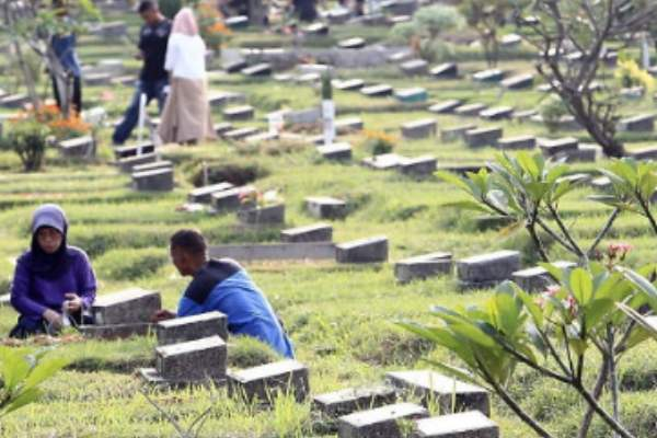 66 bodies buried in 1 tomb due to lack of space in Indonesia