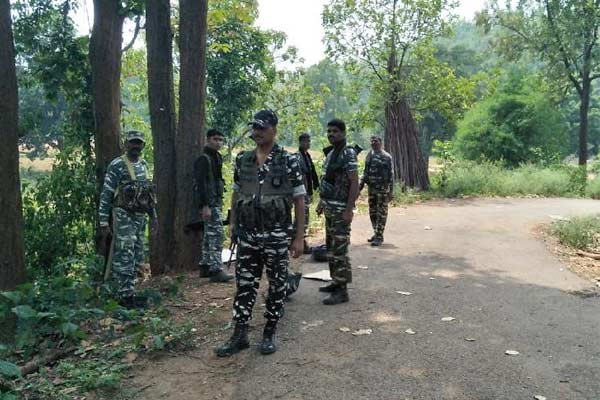 Naxalites and security forces encounter in Bihar 4 naxalites killed 2 jawans injured