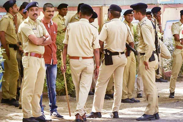 Sultanpur SP in face cover made cops chase him to test if they are performing well